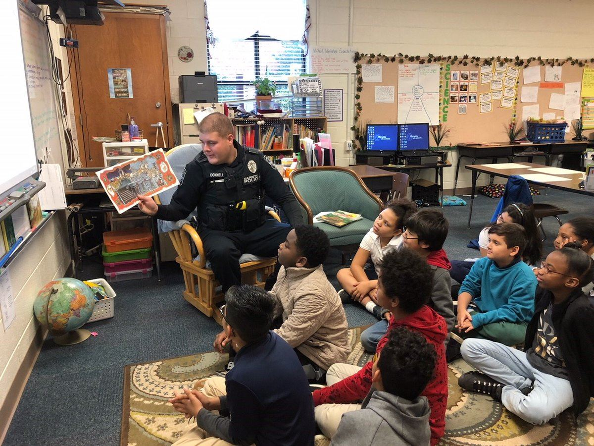 Marietta Police Department Officer Reads to Lockheed Students